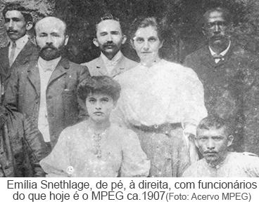 Emília Snethlage, de pé, à direita, com funcinários do que hoje é o MPEG