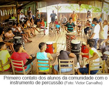 primeiro contato dos alunos da comunidade com o instrumento de percussão