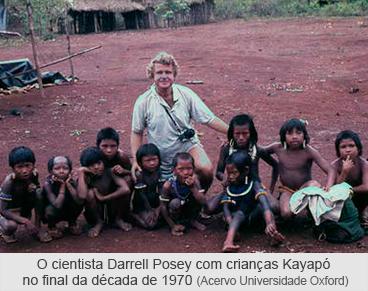 O cientista Darrel Posey com crianças Kayapó no final da década de 1970 - Foto Universidade Oxford