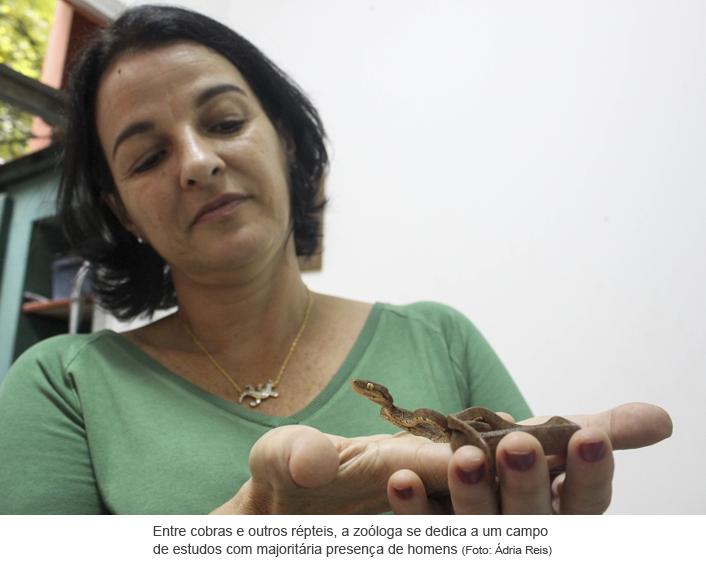 Entre cobras e outros répteis, a zoóloga se dedica a um campo de estudos com majoritária presença de homens. Foto: Ádria Reis