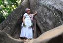 Na foto, a mãe de santo Mametu Nangetu nos preparativos da trilha