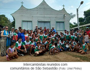 Intercambistas reunidos com comunitários  de São Sebastião