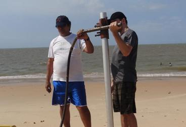pesquisador e bolsista em coleta de dados na Ilha de Mosqueiro mini.png