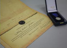 Certificado e medalha de prata confeccionada no Rio de Janeiro compõe a comenda