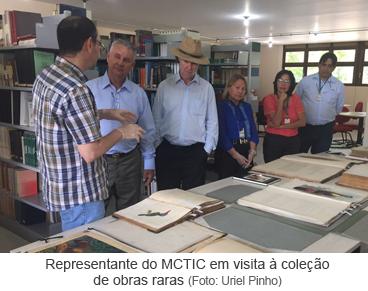 Representante do MCTIC em visita à coleção de obras raras